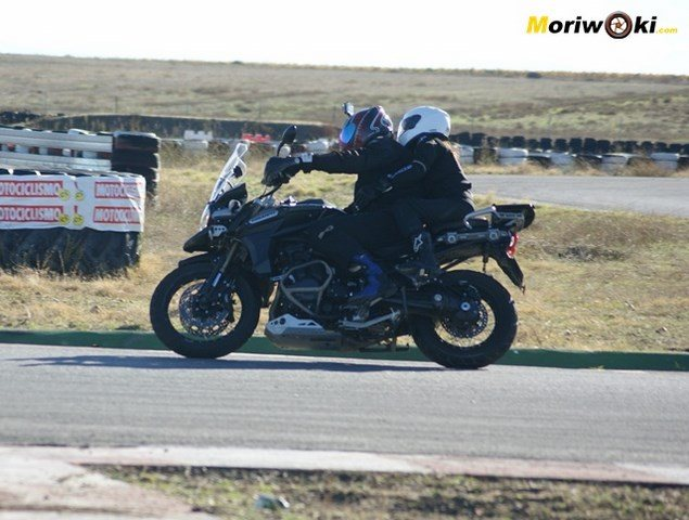 Triumph Explorer XC con pasajero dos