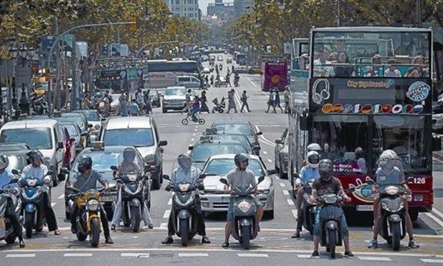 Articulo coches motos delante