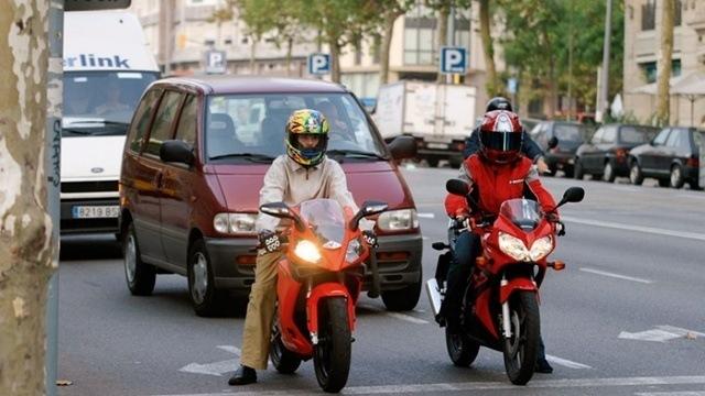 9.- Acerca de Los Coches cuando vas en moto.