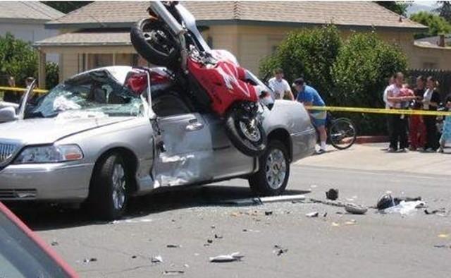 susto y caida en moto choque con coche