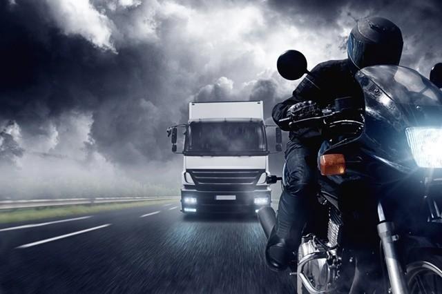 El Viento en moto con un camion