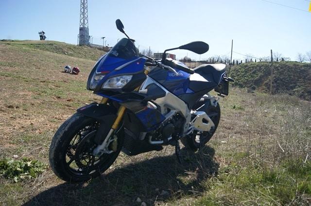 Aprilia Tuono V4 1100 RR frente lateral dereho