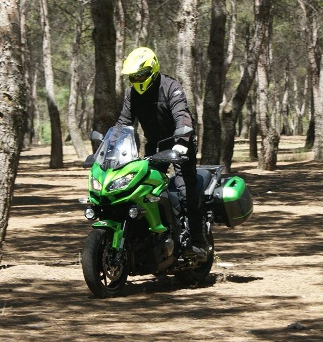 Kawasaki Versys 1000 en el bosque de frente