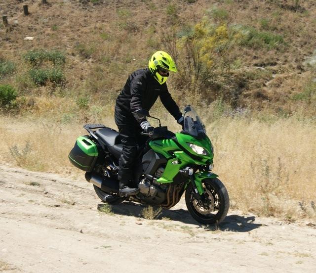 Kawasaki Versys 1000 frenando en tierra