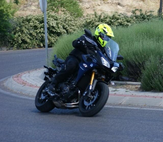 Paso con una Yamaha-MT-09 Tracer por una rotonda.