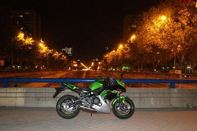Kawasaki ER-6 F en la avenida