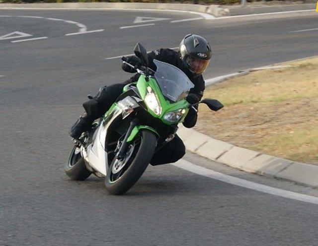 Kawasaki ER6-F en el paso por una rotonda.