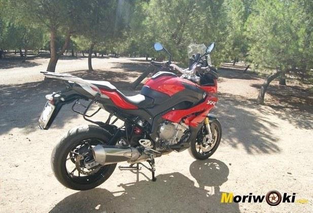 BMW S1000XR posición moto desnuda