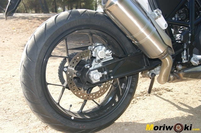 KTM 690 Duke prueba a fondo disco trasero