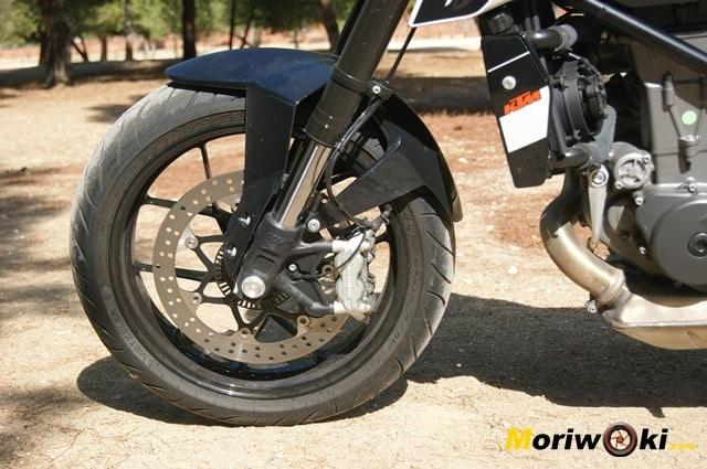 KTM 690 Duke prueba a fondo freno