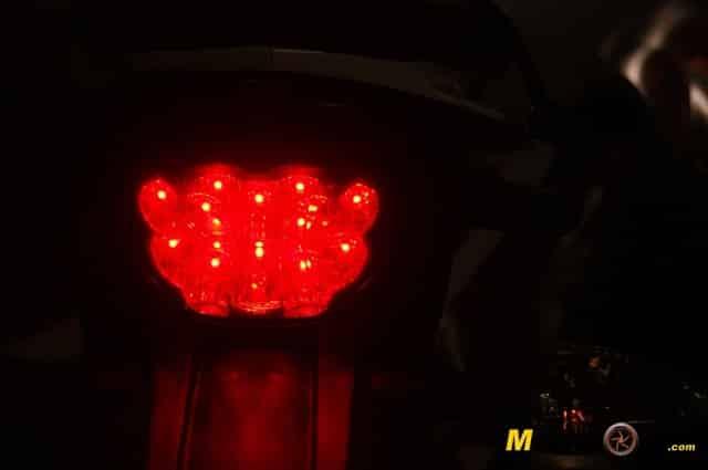 KTM 690 Duke prueba a fondo piloto rojo
