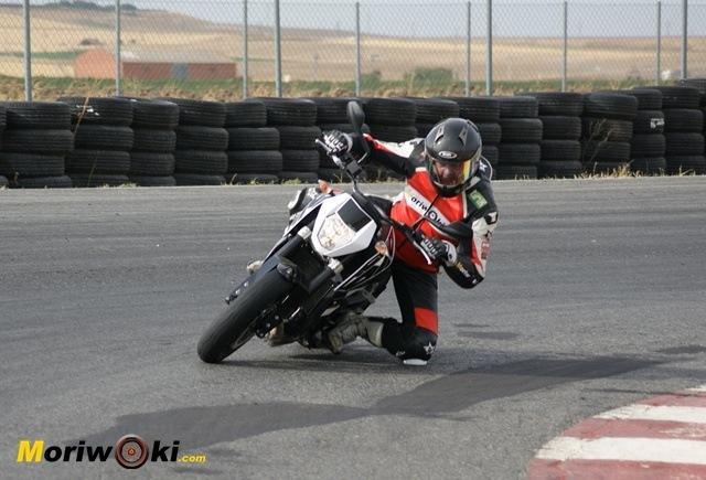 KTM 690 Duke prueba a fondo pista de frente