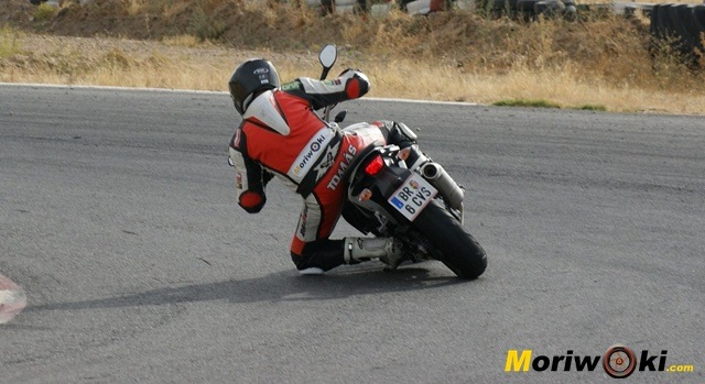 KTM 690 Duke prueba a fondo pista por detrás