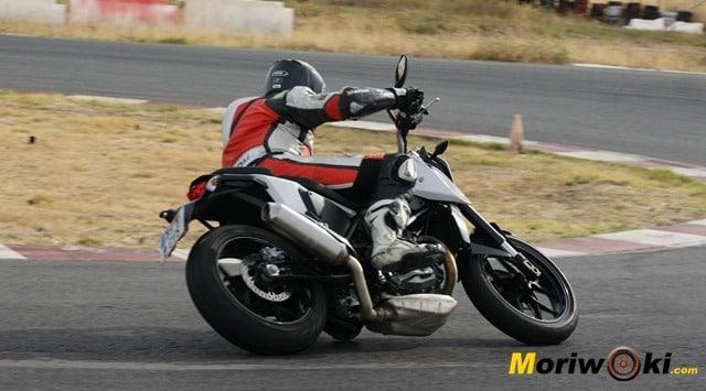 KTM 690 Duke prueba a fondo pista fk1