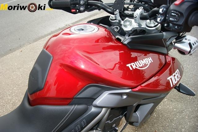Triumph Tiger 800 XRT depósito dcha