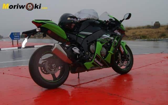 Kawasaki-ZX10 en mojado detrás