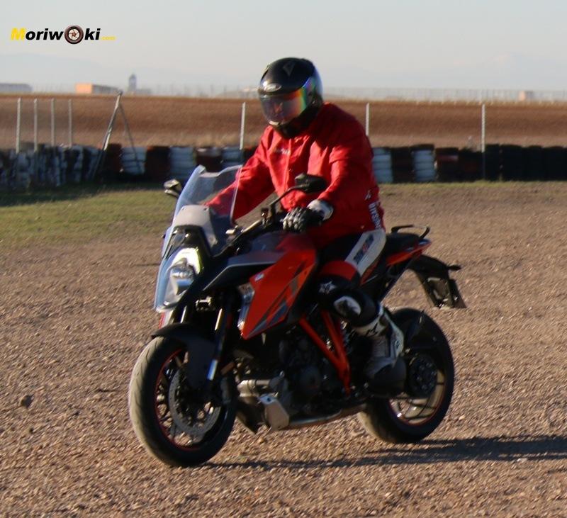 KTM Super Duke 1290 GT en tierra