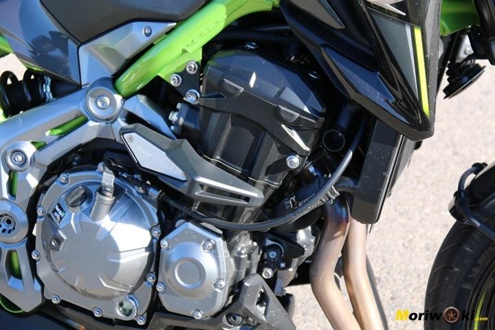 Las bujías en un motor tetracilíndrico de moto.