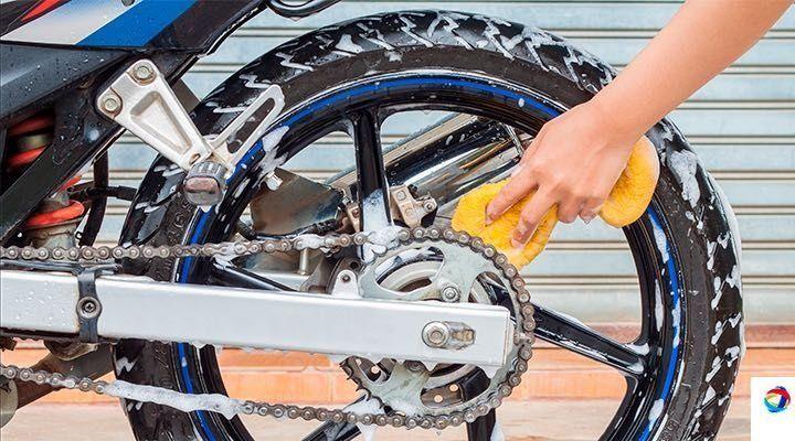pasos para limpiar llantas de moto