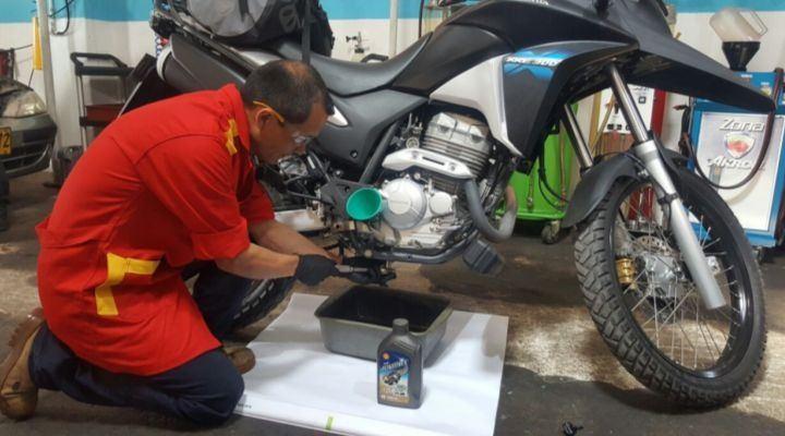 cambiar aceite de moto con seguridad