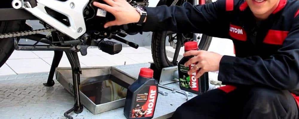 ¿Cómo cambiar el aceite de una moto?