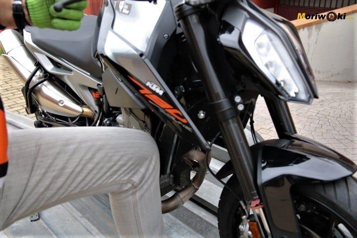 Apoyando la KTM 790 Duke sobre la rodilla para proceder a atarla