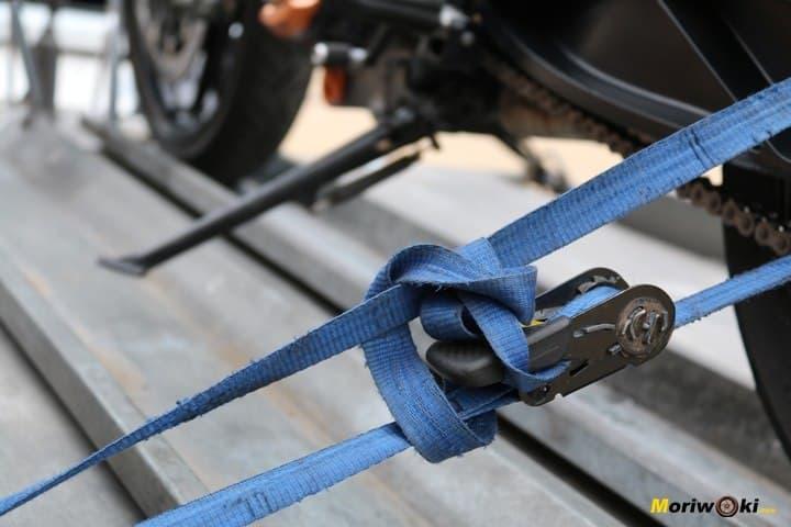 Cincha para amarrar la moto al remolque
