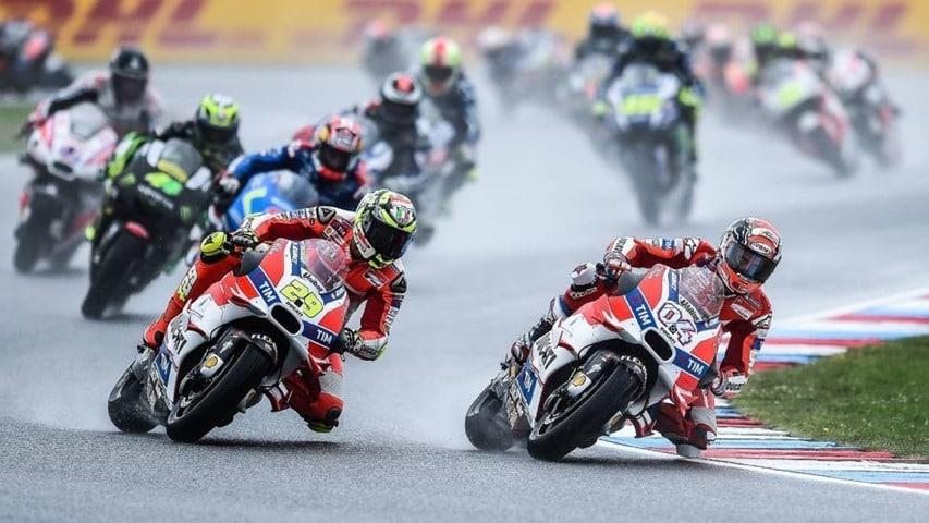 Salida a la carrera de MotoGP bajo la lluvia de Cheste