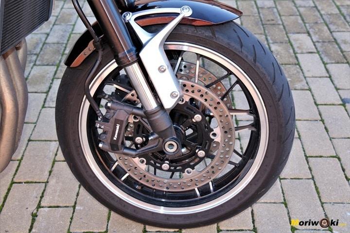 Doble disco de 300 mm con pinzas monoblock y horquilla invertida regulable para la Kawasaki Z900RS