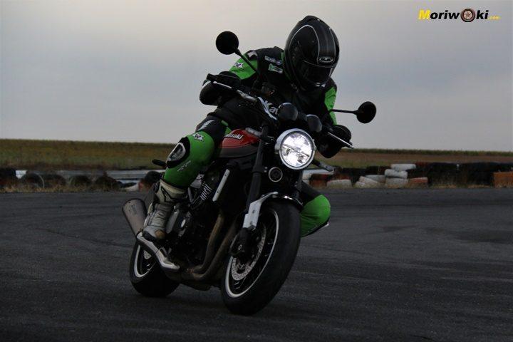 Acelerando a fondo con la Kawasaki Z900RS en la semi oscuridad