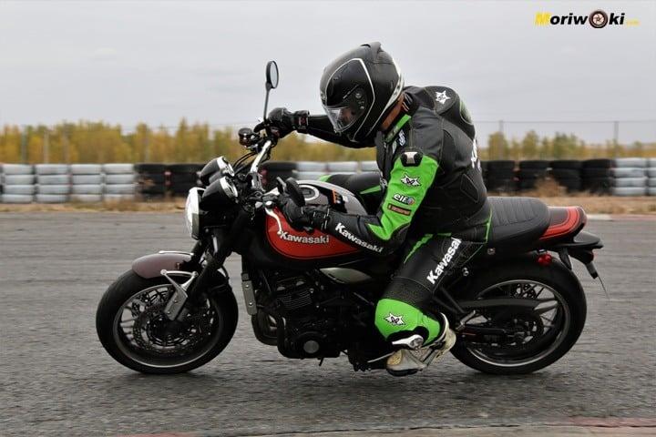 Con el asfalto húmedo de FK-1 sobre la Z900RS