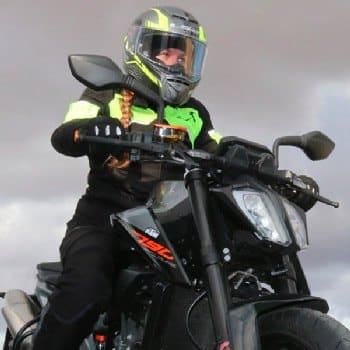 foto-chica-en-curso-de-moto