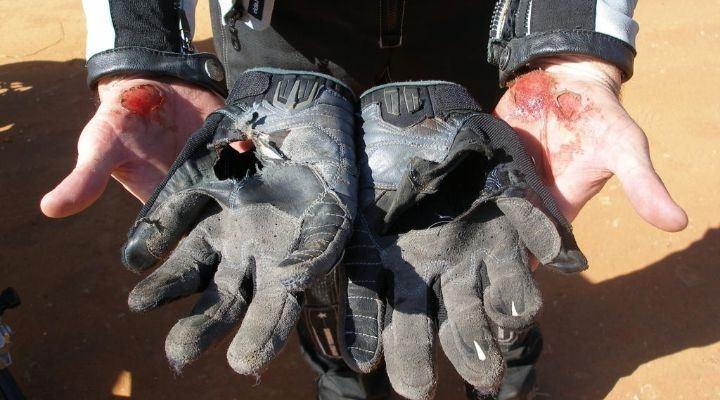importancia de usar guantes para motos