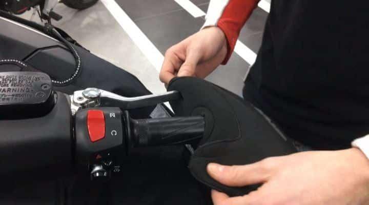 instalar manoplas para motos