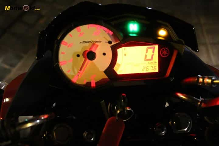 Yamaha YS125 instrumentación nocturna