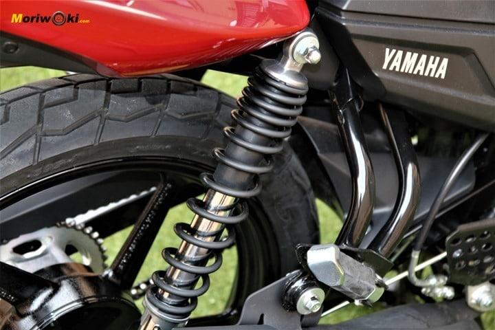 Yamaha YS125 amortiguador y estribera pasajero