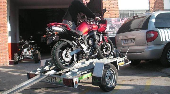 moto sobre remolque para coche