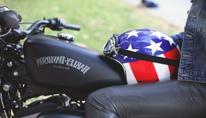 casco de moto con el diseño de la bandera americana