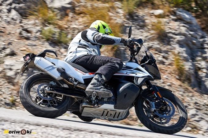 Inclinando con la KTM 790 Adventure