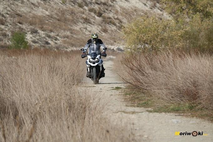 La Triumph Tiger 1200 XCA es una moto exploradora