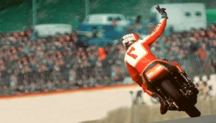 el piloto Barry Sheene haciendo el saludo en V mientras gana la carrera