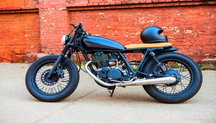 moto Café racer de color negro