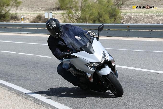 La Yamaha Tmax 530 DX por una carretera de curvas.