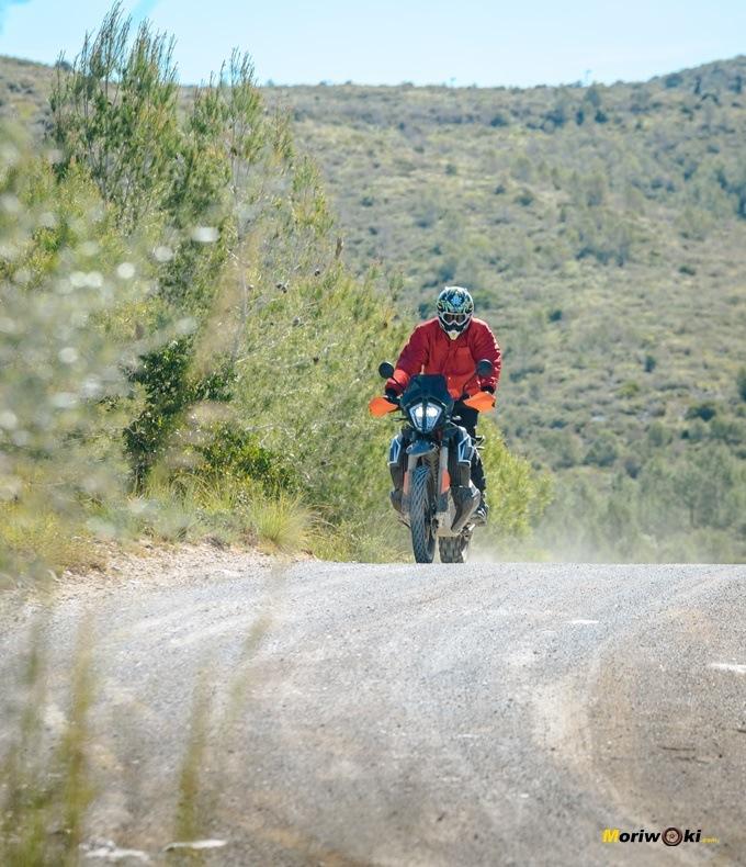 Con la KTM 790 Adventure R, atravesando tierras catalanas por un camino.