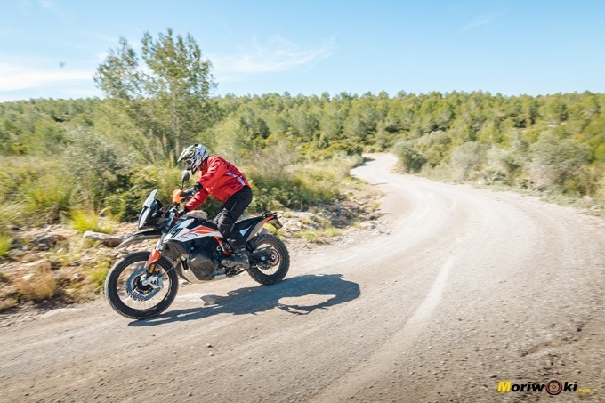 La KTM 790 Adventure R y perfecta adaptación a la conducción erguida