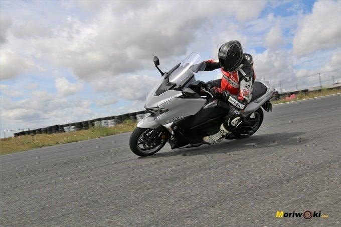 Paso por curva en el circuito con la Yamaha Tmax 530 DX.