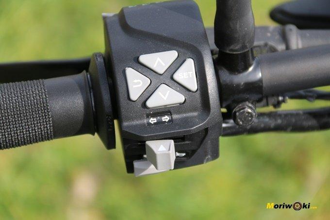 Control de la pantalla en la piña izquierda de la KTM 125 Duke.