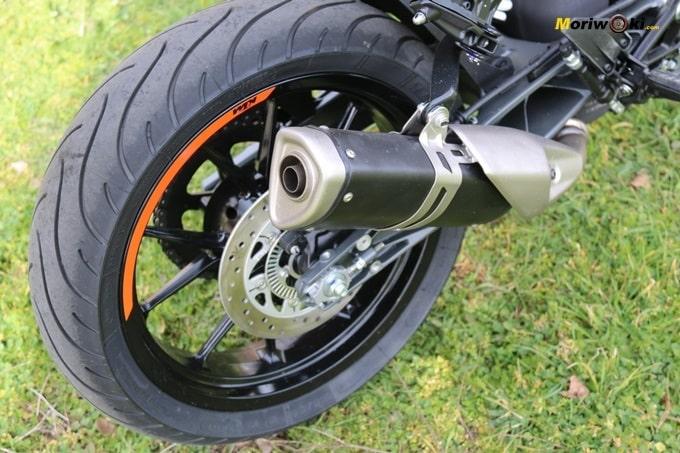 Prueba de la KTM 125 Duke. Vemos su silencioso.