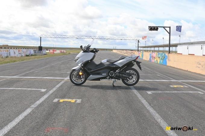 La Yamaha Tmax 530 DX en la recta de FK-1.