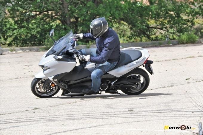 La Yamaha Tmax 530 DX en acción urbana.